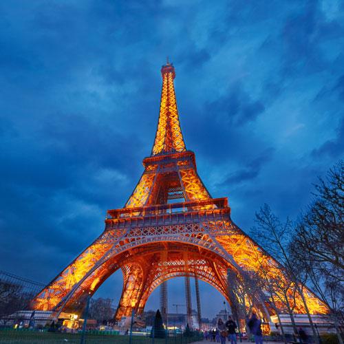 AMADA besichtigte mit den Kunden unter anderem den AMADA-Showroom in Paris, aber auch der Eiffelturm durfte nicht fehlen.