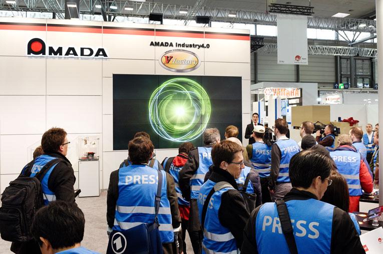 AMADA begeisterte auf der CeBIT mit dem Konzept der V-Factory ein großes Publikum