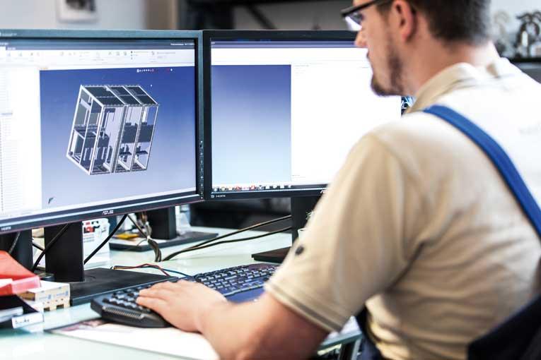 Das neue AMADA Faserlaserschweißsystem FLW fügt sich perfekt in den Blechbearbeitungs-bereich des Unternehmens ein.