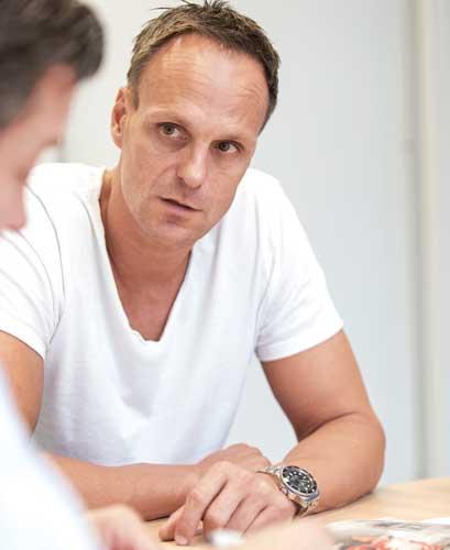 Für Geschäftsführer Jens Löchel (links) stellt die neue Anlage eine wichtige Erweiterung der eigenen Fertigungskompetenzen dar.