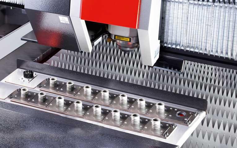 Die neue 9 kW-Ausführung der LCG-3015AJ gewährleistet das besonders kraftvolle und schnelle Schneiden jeglicher Materialdicken. Die außerordentliche Schnittqualität wird auch durch Komponenten wie den integrierten Düsenwechsler (unten) sichergestellt.