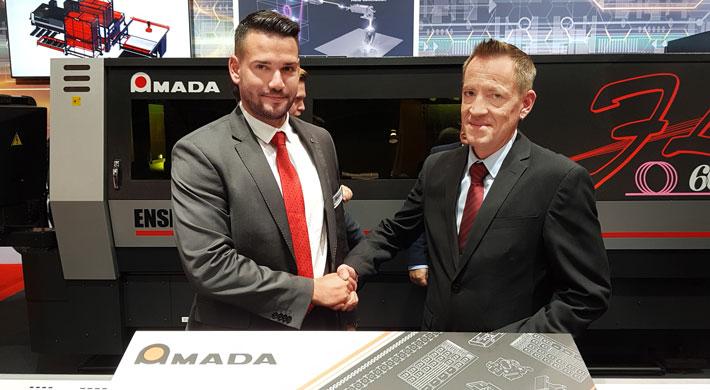 Robert Käs, Geschäftsführer Trio Metall und Design GmbH (rechts) und Florian Gebhard, Vertriebsbeauftragter Süd Amada GmbH.